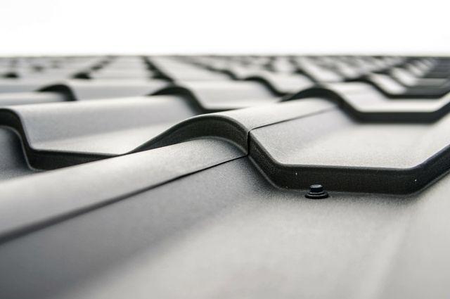 Крыши на двух многоэтажках Медногорска оказались не доделаны подрядчиками до начала сезона дождей.