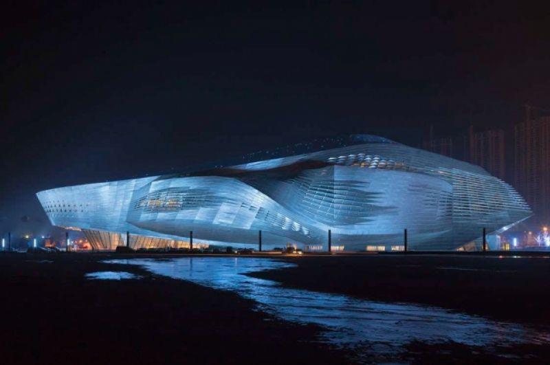 Архитекторы из австрийского бюро пытаются сделать постройки максимально динамичными. Мечта Coop Himmelb(l)au - построить висящий над землёй дом, который «ничто не будет поддерживать». Проект в Китае: международный конференц-центр в Даляне (2008-2012, Coop Himmelb(l)au).