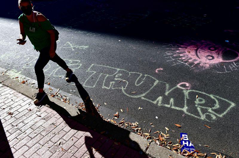 Граффити на дороге с надписью «Прощай, Трамп» на следующий день после объявления о победе Джо Байдена в Филадельфии, Пенсильвания.