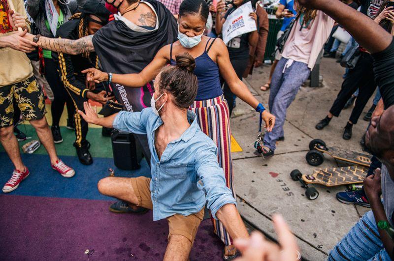 Люди танцуют на улице после объявления о победе Джо Байдена в Атланте, Джорджия.