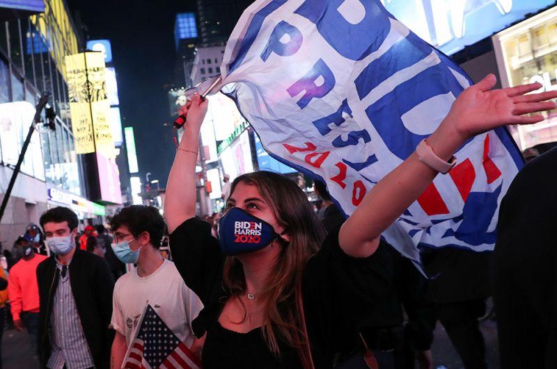 Американцы празднуют победу Байдена на Манхэттене в Нью-Йорке.