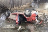 Тело обнаружили в разбитом автомобиле.