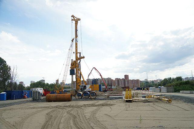 В Новосибирске строители начали строить опоры четвертого моста через реку Обь. Об этом рассказали в пресс-службе подрядчика — ГК «Вис».