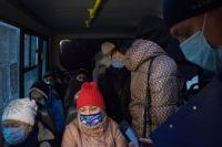 Входить в транспорт без масок запрещено.