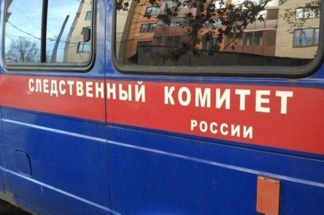 Пожилой мужчина выпал из окна седьмого этажа дома в Октябрьском районе Новосибирска. Следователи осматривают место происшествия, опрашивают соседей и очевидцев.