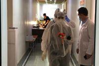 Новосибирский общественник, депутат Горсовета Ростислав Антонов опубликовал видео из переполненной пациентами с коронавирусом городской больницы №1. Мест в медучреждении катастрофически не хватает, людям приходится лежать в коридорах.
