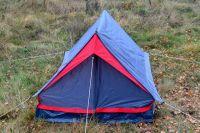 Мужчина ночевал в лесу в маленькой палатке.