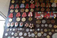 В Донецкой области обнаружили коллекцию наград, монет и украшений