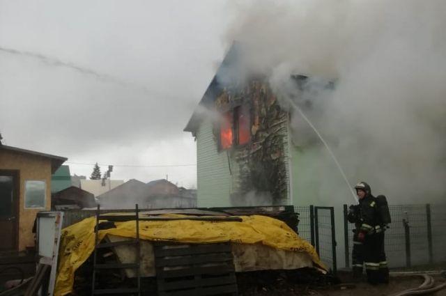 Пожарные ликвидировали крупное возгорание в жилом двухэтажном доме в Ленинском районе Новосибирской области.