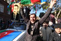 Люди радуются прекращению огня в Нагорном Карабахе.