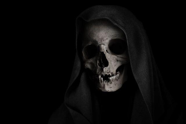 Человека в образе смерти заметили у природоохранной прокуратуры в Орске и у Новотроицкого цементного завода.