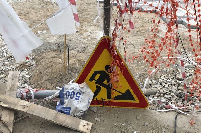 Новая поселковая дорога под Медногорском начала разваливаться сразу после ремонта.
