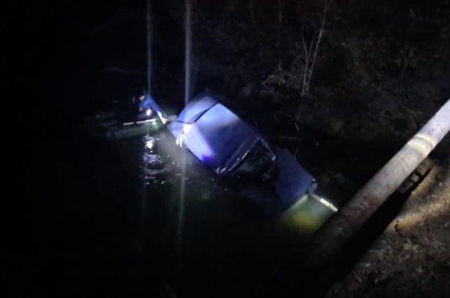 В Красногвардейском районе при падении ВАЗ в реку погибла девушка-водитель.