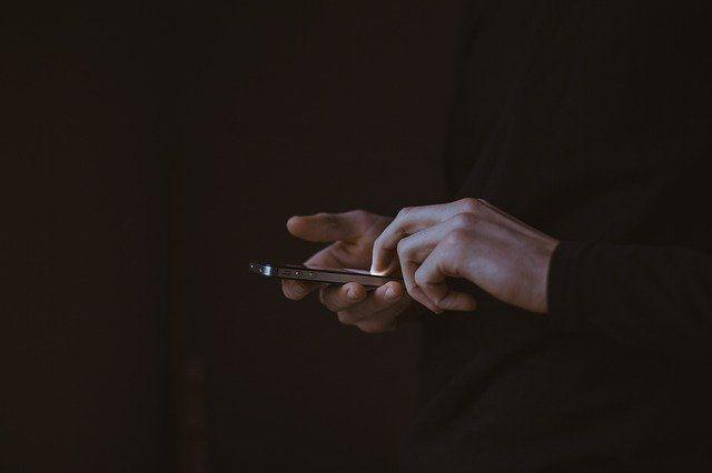 31-летний мужчина разместил в  квартире женщины радиоэлектронное устройство, замаскированное под адаптер для зарядки сотовых телефонов, предназначенное для негласного получения акустической информации.