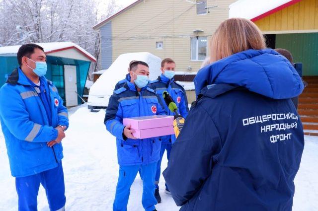 Выпечку доставили врачам скорой помощи Салехарда