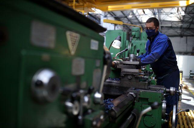 Рабочий за станком в цехе прецизионной обработки на ООО «Южный завод тяжелого станкостроения» в Краснодарском крае.