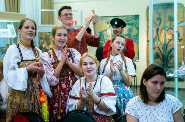 Приходя на вечёрки, молодёжь надевает народные костюмы и поёт народные песни, а потом идёт есть бургеры. И никакого внутреннего конфликта!