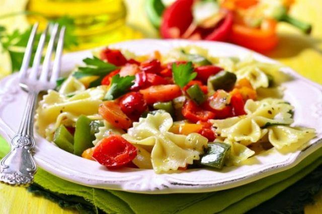 Ужин за 30 минут: макароны с виноградом и отварной курицей