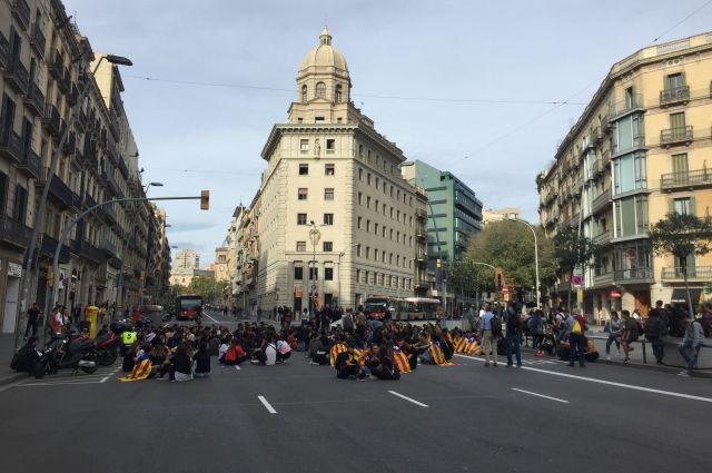 Недовольные ограничениями выходят в Барселоне на митинги.