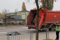 В Киеве мусоровоз насмерть сбил пешехода