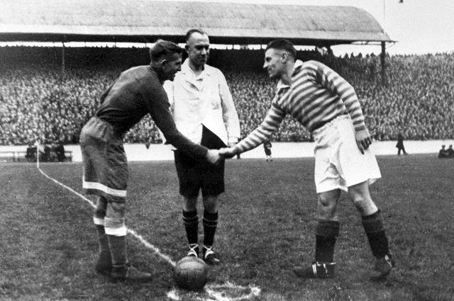 Капитаны команд «Динамо» и«Рейнджерс» приветствуют друг друга перед началом футбольного матча. 1945 г.