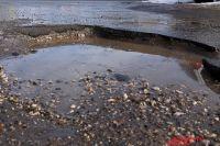 Жители улицы Авиационной в Оренбурге вновь пожаловались на разбитую дорогу.
