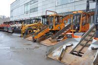 Интенсивный снегопад прошел в Новосибирске вчера, 12 ноября. Резко изменившиеся погодные условия ускорили переход дорожно-эксплуатационных служб города на зимний режим.
