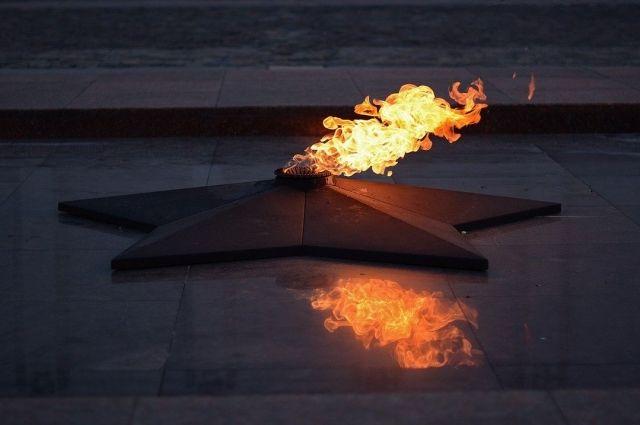 В Орске разыскивают подростков, скакавших на Вечном огне.