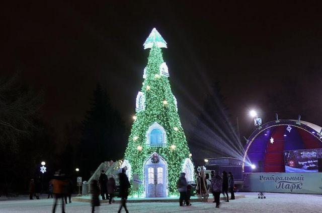 внутрь «Ёлки-дома Деда Мороза» можно будет зайти, чтобы пообщаться с главным зимним волшебником, сфотографироваться и загадать желание.