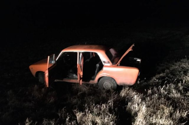 Автомобиль съехал в кювет и опрокинулся.
