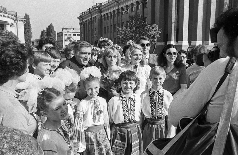 Народный артист РСФСР Армен Джигарханян среди юных зрителей на XVII Всесоюзном кинофестивале.