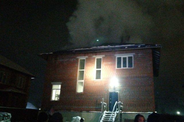 Трехэтажный жилой дом горит в Ленинском районе Новосибирска. На тушение пожара съехались семь пожарных машин.