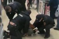 Задерживать дебошира полицейским пришлось вчетвером