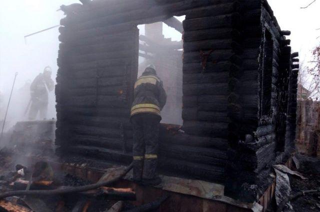 Пожарные продолжают разбор сгоревшего дома.