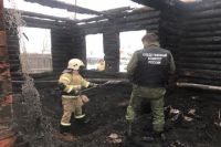 На месте пожара работают следователи СКР.