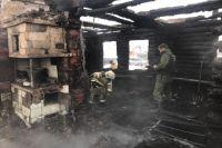 Следователи и подарные продолжают работу на месте пожара в жилом доме в селе Новомихайловка.