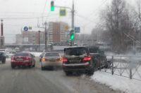 Мерседес проломил дорожное ограждение на ул. Нарымской.