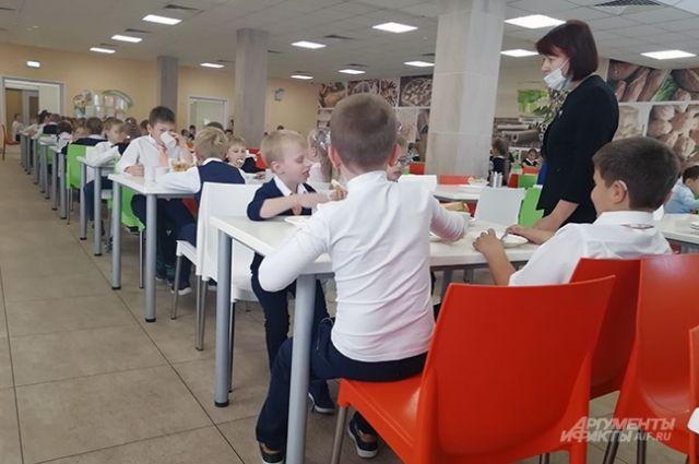 Почти половина родителей довольна питанием в школьных столовых.