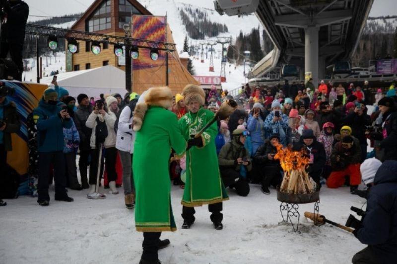 Традиционный шаманский обряд кормления огня на благополучие и хорошую погоду.