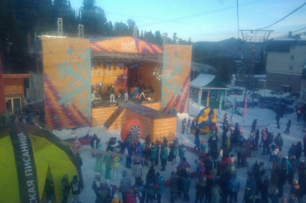 На фестивале выступили известные диджеи и кавер-группы.
