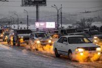 Новосибирск встал в пробках после снегопада.