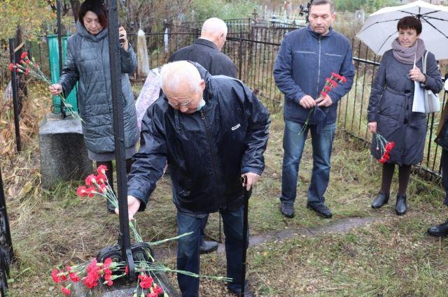 Татьяне Игнатовой (крайняя справа) пришлось долго сидеть в архивах, чтобы узнать, кто покоится в этой могиле.