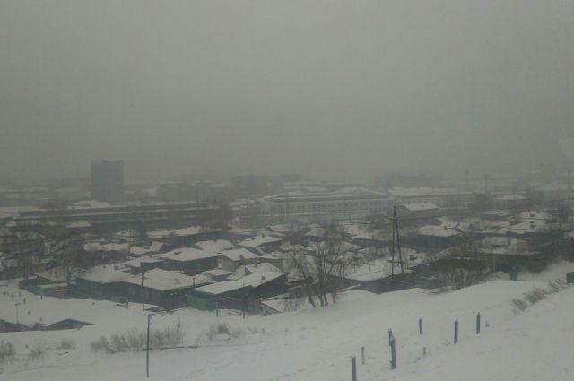 Усложняет ситуацию и метеоусловия, в городе задержался туман.