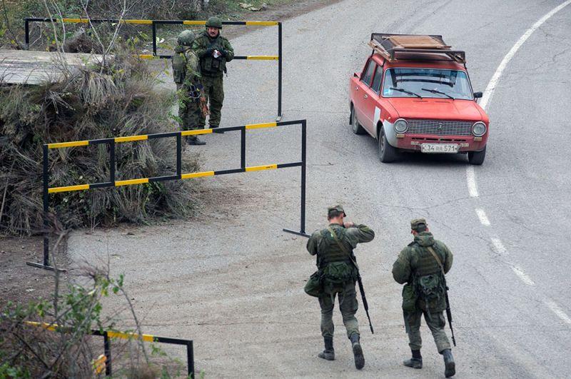 Российские военнослужащие из состава миротворческих сил патрулируют город Лачин.