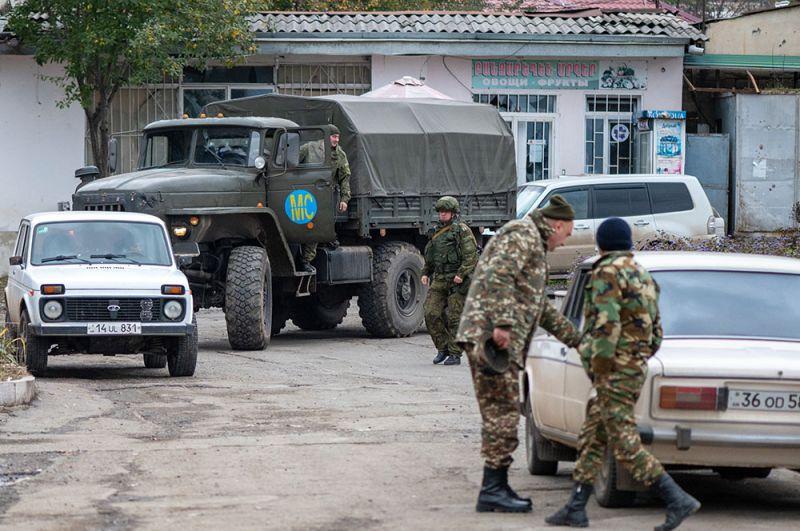 Автомобиль с российскими миротворцами в Степанакерте.