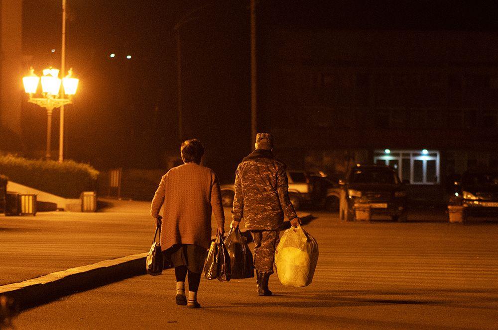 Беженцы из Нагорного Карабаха, вернувшиеся в Степанакерт из Еревана.
