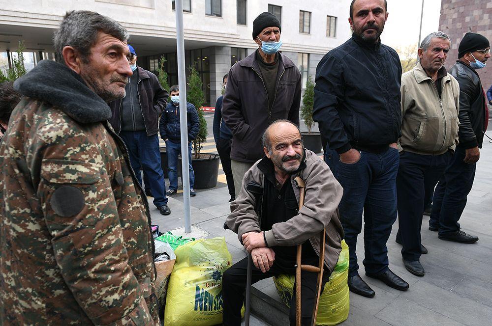 Беженцы из Нагорного Карабаха перед отправкой из Еревана домой в Степанакерт.