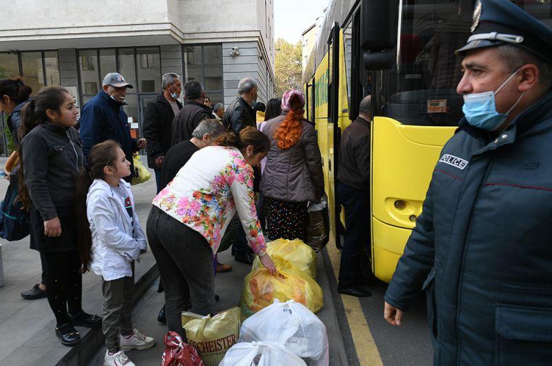 Беженцы из Нагорного Карабаха садятся в салон автобуса в Ереване во время возвращения домой в Степанакерт.