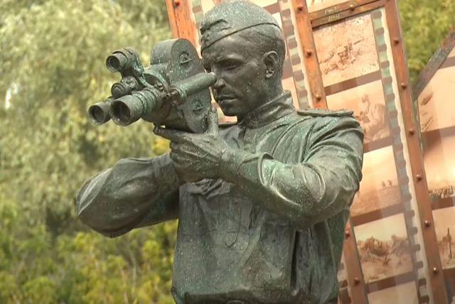 Памятник «Фронтовой кинооператор» в Красногорске.