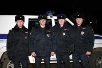 Полицейские тушили пожар до приезда спасателей.